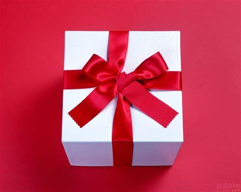for to give as gifts خدمات الأعمال الفنية وتغليف الهدايا والدروع التذكارية