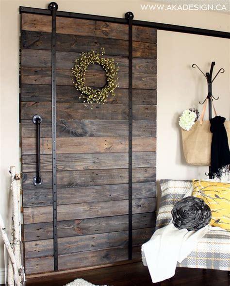 diy hanging door 12 id 233 es pour recycler des palettes de la ruelle au salon