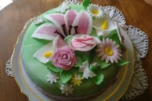 gateau anniversaire creme pistache decor pate a sucre sylgote aux fraises