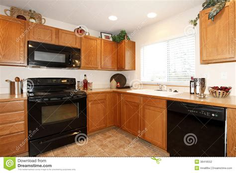 Unusual Kitchen Cabinets armarios de cocina de brown con los dispositivos negros