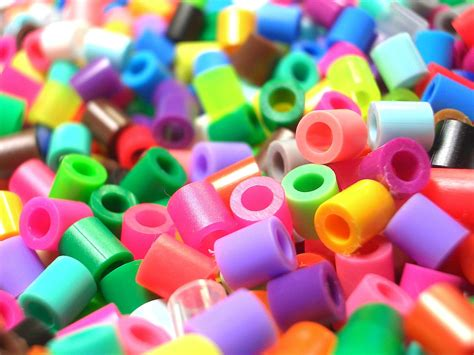 bead warehouse file plastic beads1 jpg wikimedia commons