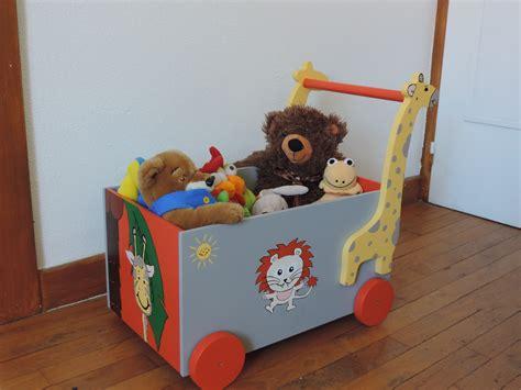 coffre 224 jouets avec motif girafe chambre d enfant de b 233 b 233 par le grenier de tribaju