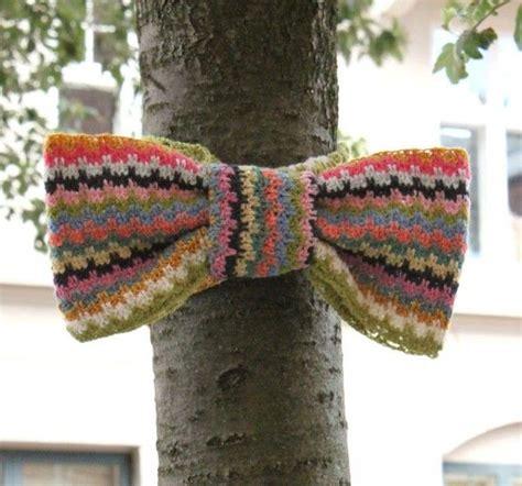 guerilla knitting patterns crochet bow on tree 600x560 10 exles of yarnbombing