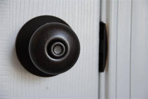 spray paint door knobs lively green door how to spray paint your door knobs