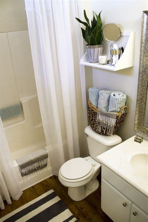 bathroom decorating ideas apartment 25 best ideas about rental bathroom on small