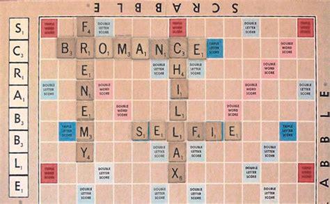 scrabble ja jogo de palavras cruzadas inclui selfie e hashtag em