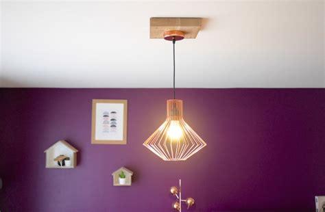 trou trop large au plafond fabriquer un cache fil en bois