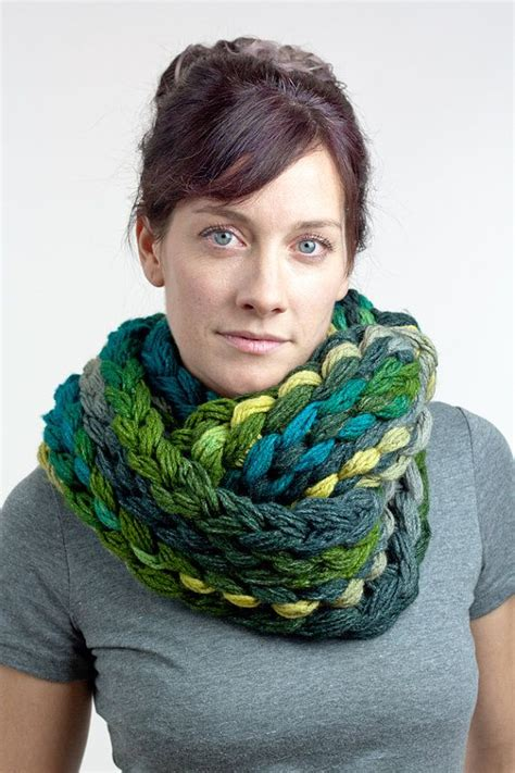 how to finger knit a scarf finger knit chunky infinity scarf green teal