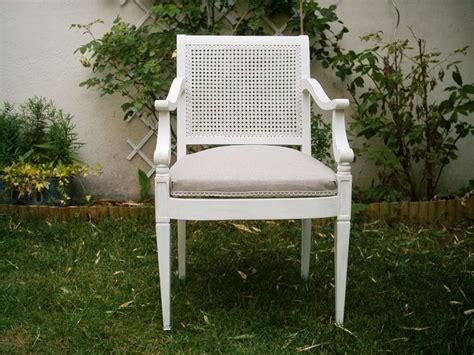 petit fauteuil ancien blanc assise photo de