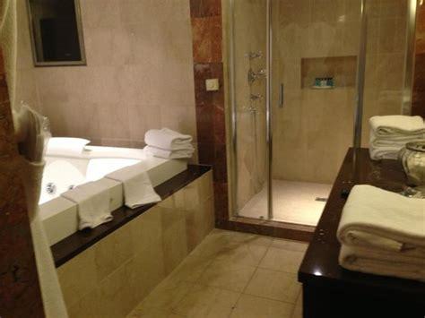 la salle de bain avec 224 l italienne picture of disney s hotel new york