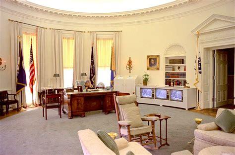 oval office decor obama cote de president trump s new oval office decor