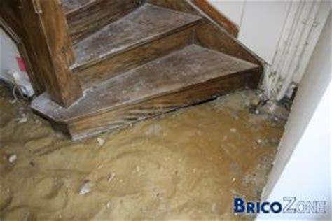recouvir un escalier en bois avec des planches de bambou