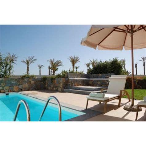 le transat de piscine repos relaxation et r 233 cup 233 ration au bord de la piscine