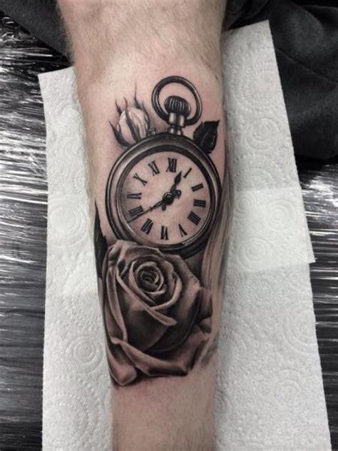tatuaż ręka realistyczny zegar kwiat przez pete the thief