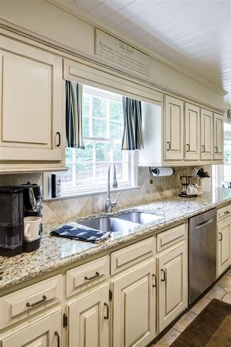 chalk paint kitchen cabinets white 1000 ideas about chalk paint cabinets on