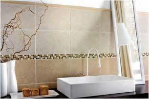 photo carrelage mural salle bains beige clair mosaique vasque blanche