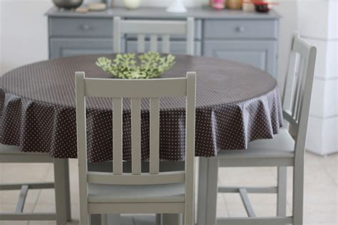 repeintes en gris ces chaises et cette table sont plus jolies peinture meuble en pin merci
