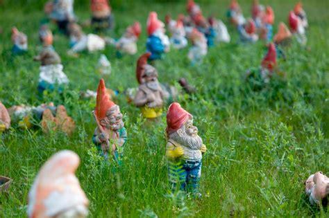 Der Erste Gartenzwerg by Gartenzwerge Rote M 252 Tzen Viel Dahinter Gartenzauber