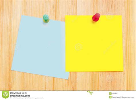 notes de post it sur le bureau en bois image stock image 2539091