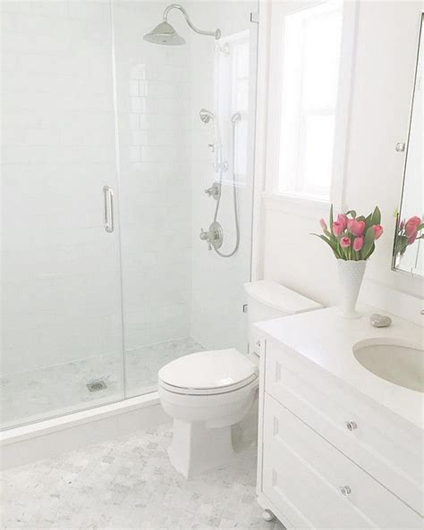 white marble bathroom ideas 25 best ideas about small white bathrooms on