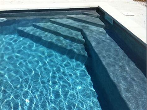 vous r 234 vez d y plongez empruntez l escalier de cette piscine traditionnelle en b 233 ton cir 233 une