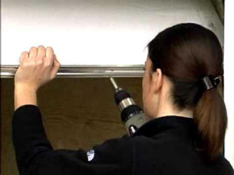 installation de bas de porte de garage en aluminium et vinyle