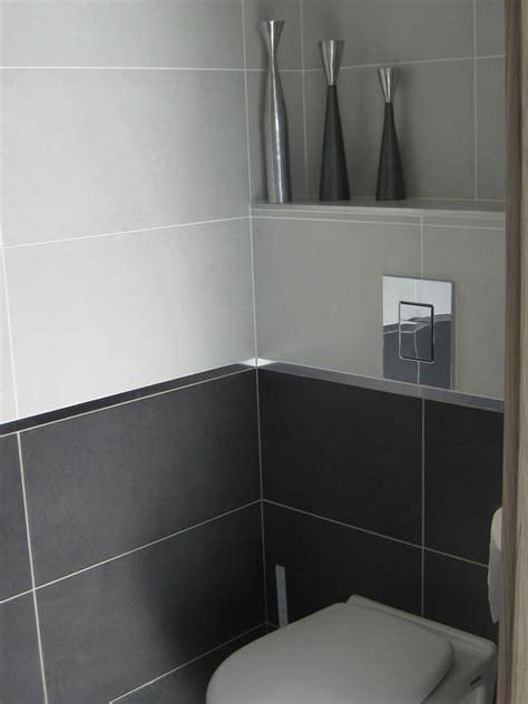 wc invit 233 s on a opt 233 pour les wc et salle de bains le m 234 me carrelage blanc et gris fonc 233
