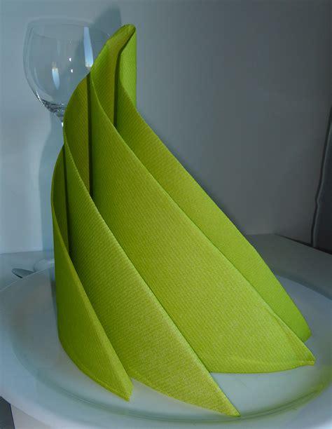 pliage de serviette de table en papier en forme de chauve souris brown hairs