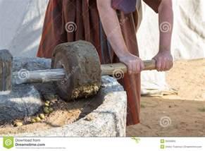 l homme travaille 224 la presse romaine antique pour l huile d olive image stock image 55593859
