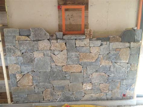 habillage d un mur en pierres naturelles
