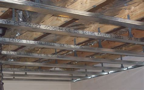 pin metal stud plafond met lichtband on