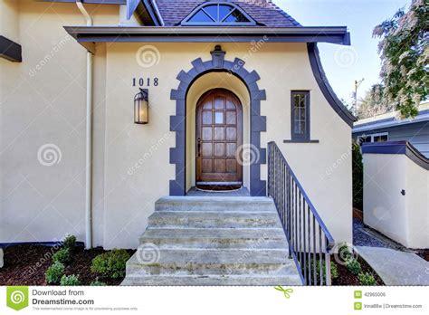 ext 233 rieur anglais de maison de tuteur porche d entr 233 e avec des escaliers photo stock image