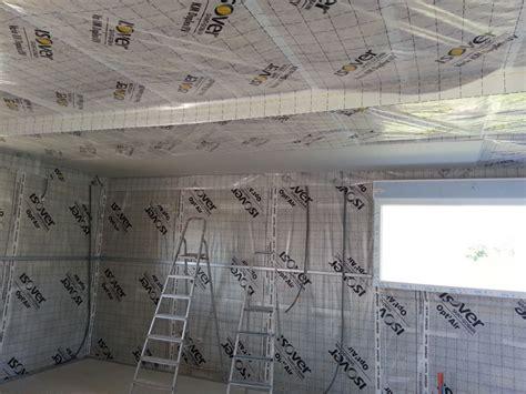 pose des fourrures au plafond et de la membrane optair l isolation et les cloisoins commencent