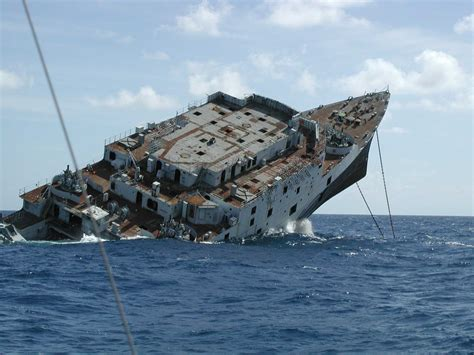 Pictures Of Sinking Boats by Pin Sinking Ship On Pinterest