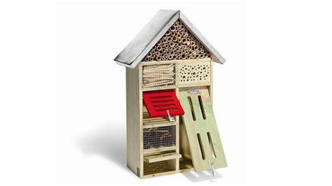 une maison pour les insectes dans jardin