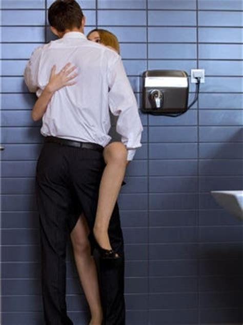 dans les toilettes d un restaurant 15 lieux insolites pour faire l amour journal des femmes