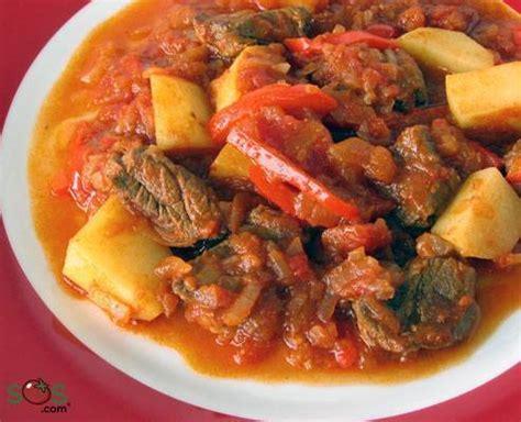 pot au feu de boeuf poivrons oignons et pommes de terre dans une sauce 224 la tomate et au paprika