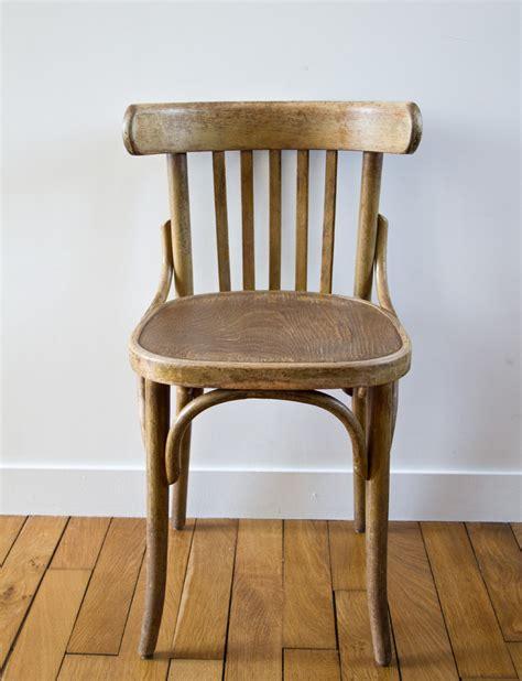ancienne chaise bistrot de couleur marron