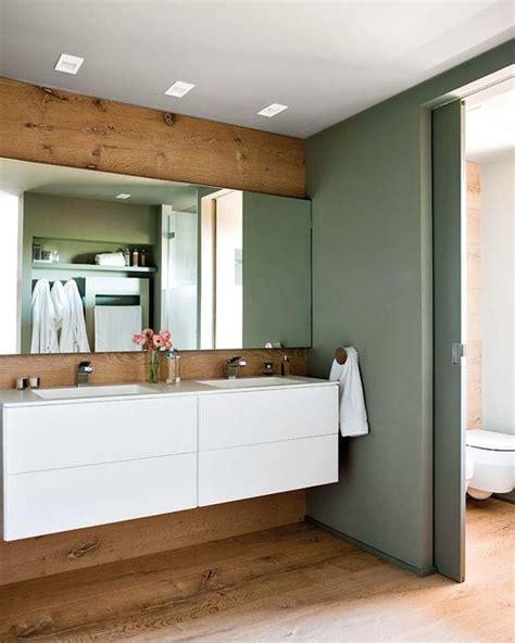 vasque grand miroir mur de bois et porte coulissante sur le couloir salle de bain