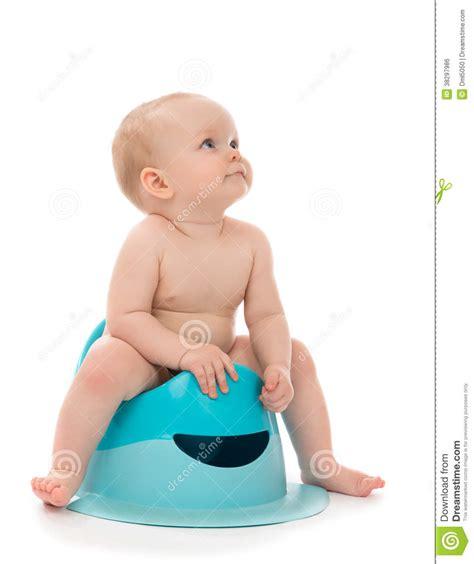 enfant en bas 226 ge infantile de b 233 b 233 gar 231 on d enfant s asseyant sur le pot de selles de toilette