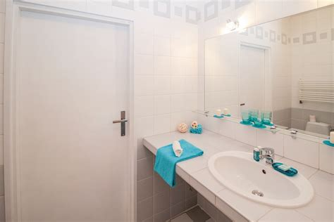 une salle de bain feng shui avec menuiseries de menuiserie