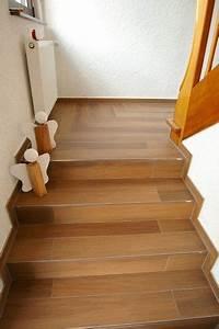 Treppen Fliesen Holzoptik : flur und treppe fliesen in holzoptik mit edelschiene als treppenabschluss holzfliesen ~ Markanthonyermac.com Haus und Dekorationen