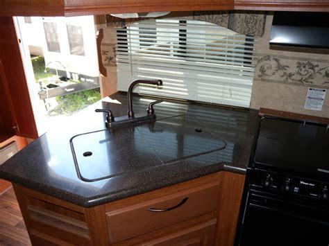 bien qu il soit de marque corian le dessus du comptoir de cuisine est plut 244 t minimaliste