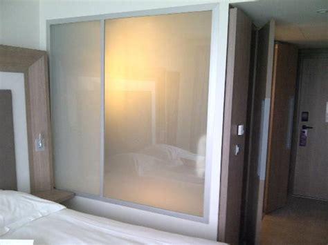 salle de bain vue de la chambre vitre transparente photo de novotel lyon confluence lyon