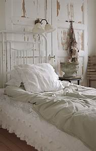 Shabby And Chic : 16 old doors used as dramatic headboard decoholic ~ Markanthonyermac.com Haus und Dekorationen