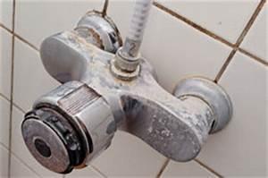 Hausmittel Gegen Schimmel In Der Dusche : die fugen der dusche werden rot so beseitigen sie den schimmel ~ Markanthonyermac.com Haus und Dekorationen