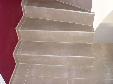 carrelage gris sur escalier