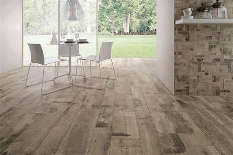 sol avec carrelage imitation parquet en bois vieilli clair rev 234 tement de sol posts