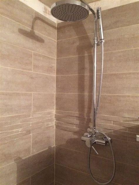 carrelage ta 207 ga beige chez leroy merlin avec frise en relief salle de bains