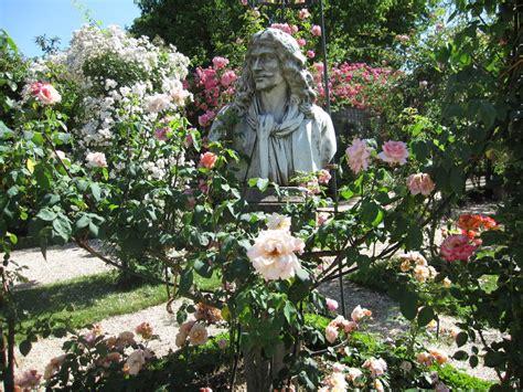 la roseraie du val de marne 224 l hay les roses le puits et les statues mon jardin de roses